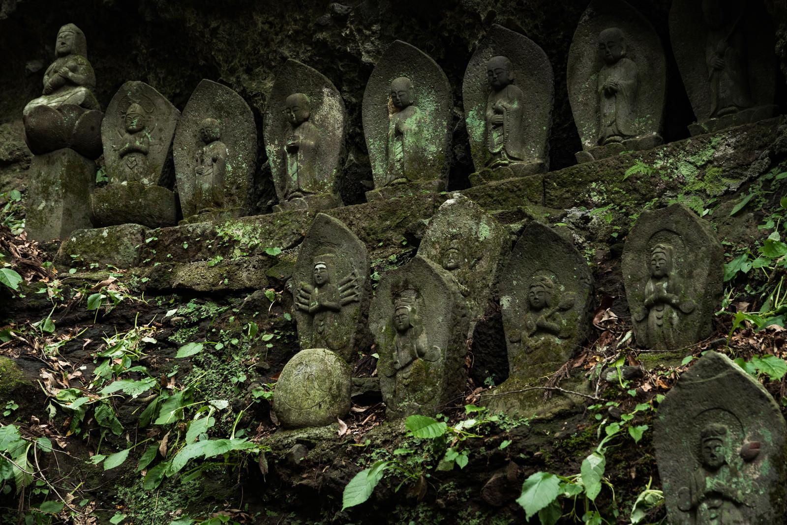 「岩陰内に安置された滝沢観音石仏群」の写真