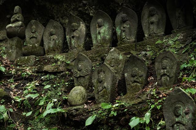 岩陰内に安置された滝沢観音石仏群の写真