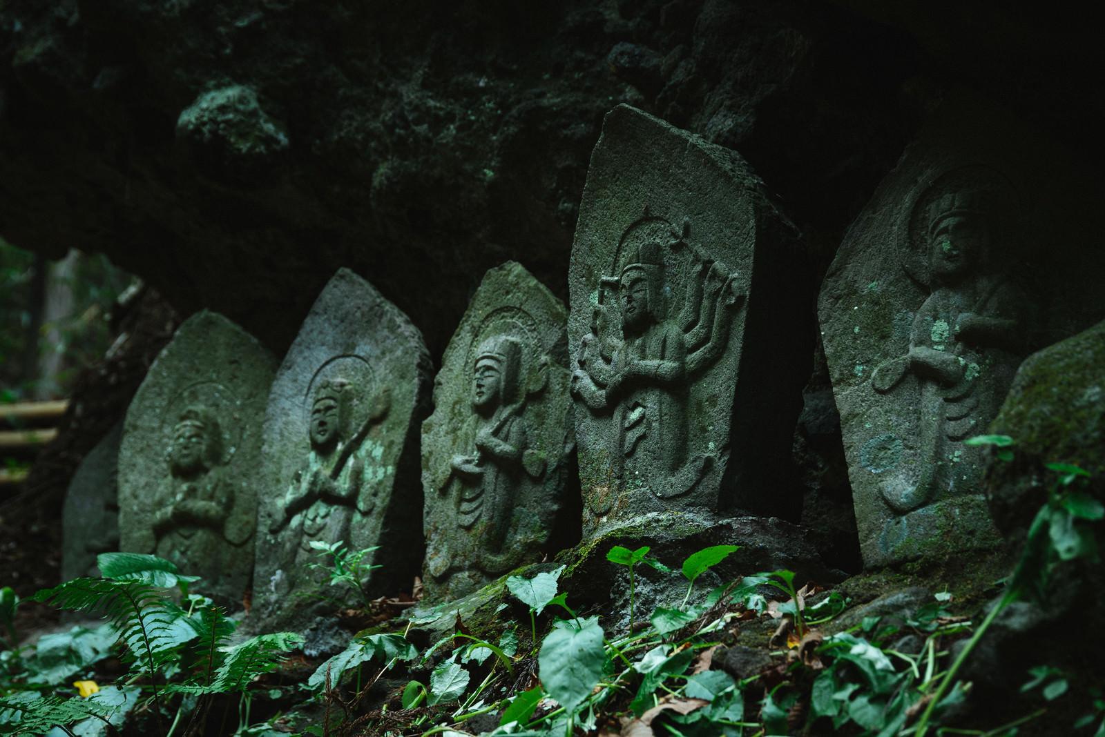 「多数の石仏が並ぶ「滝沢観音石仏群」」の写真