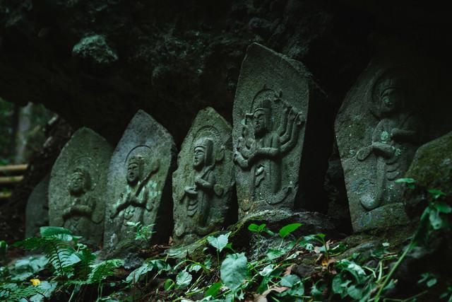 多数の石仏が並ぶ「滝沢観音石仏群」の写真