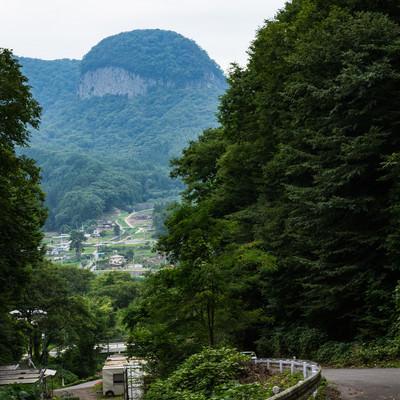 「丸岩が見える坂道」の写真素材