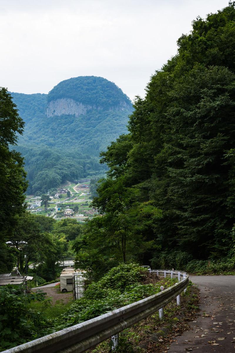 「丸岩が見える坂道」の写真