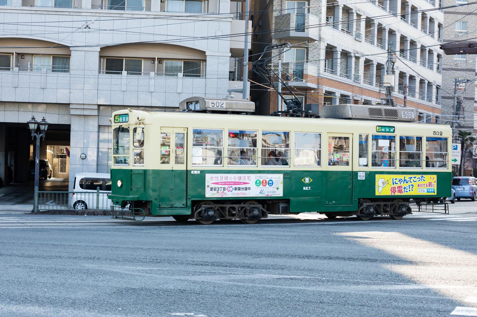 「長崎の町を走る路面電車(ちんちん電車)」の写真
