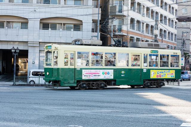 長崎の町を走る路面電車(ちんちん電車)の写真