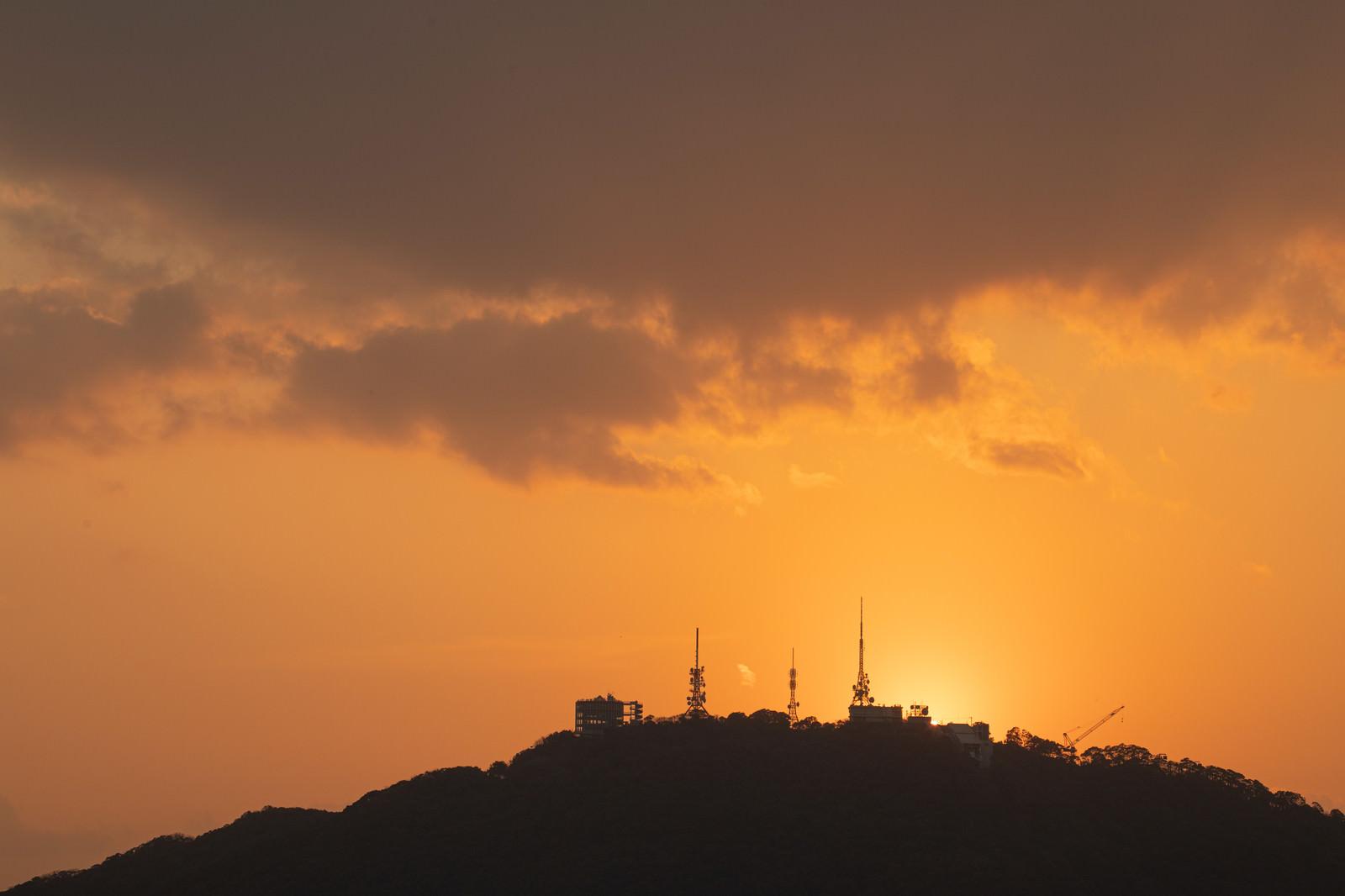 「夕焼け時の稲佐山山頂展望台のシルエット(長崎)」の写真