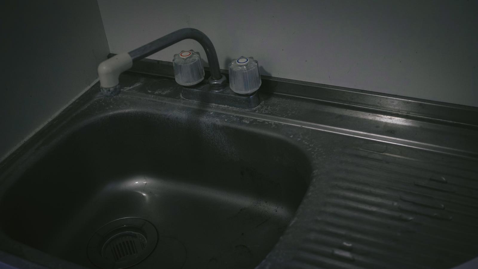 「汚れた流し台」の写真