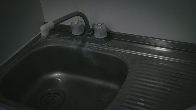 「汚れた流し台」のフリー写真素材
