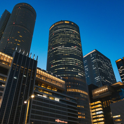 名古屋駅のどでかい駅ビル(夜景)の写真