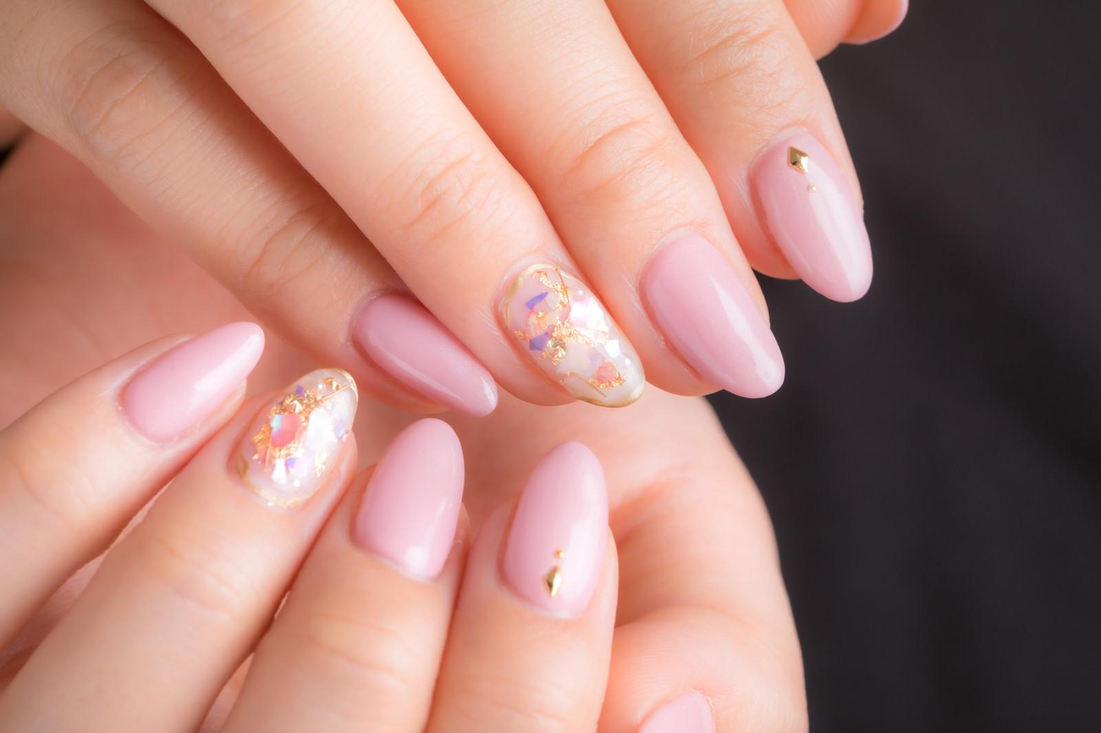 「上品さ際立つピンクのネイルアート」の写真