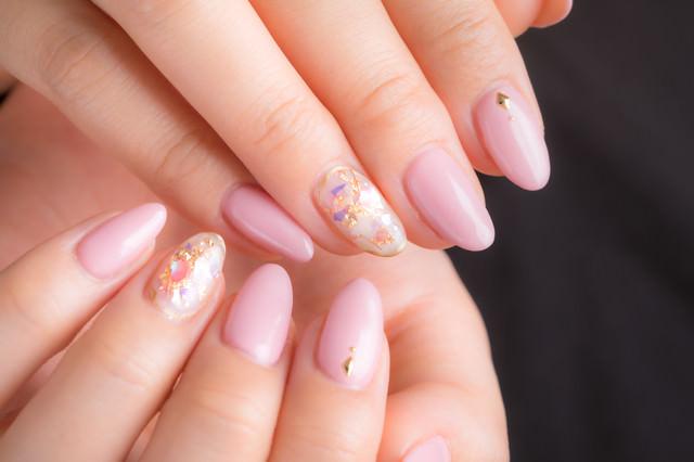 上品さ際立つピンクのネイルアートの写真