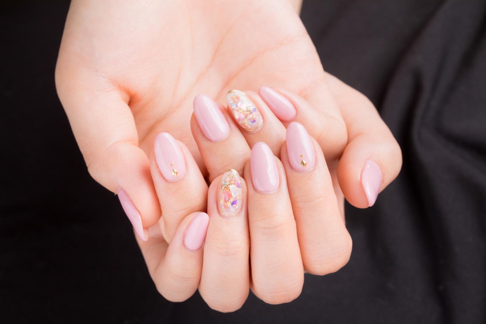 「ネイルピンクの上品な爪」の写真