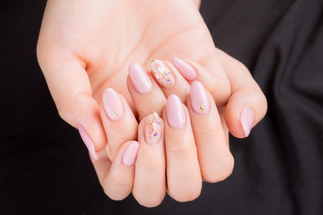 ネイルピンクの上品な爪の写真