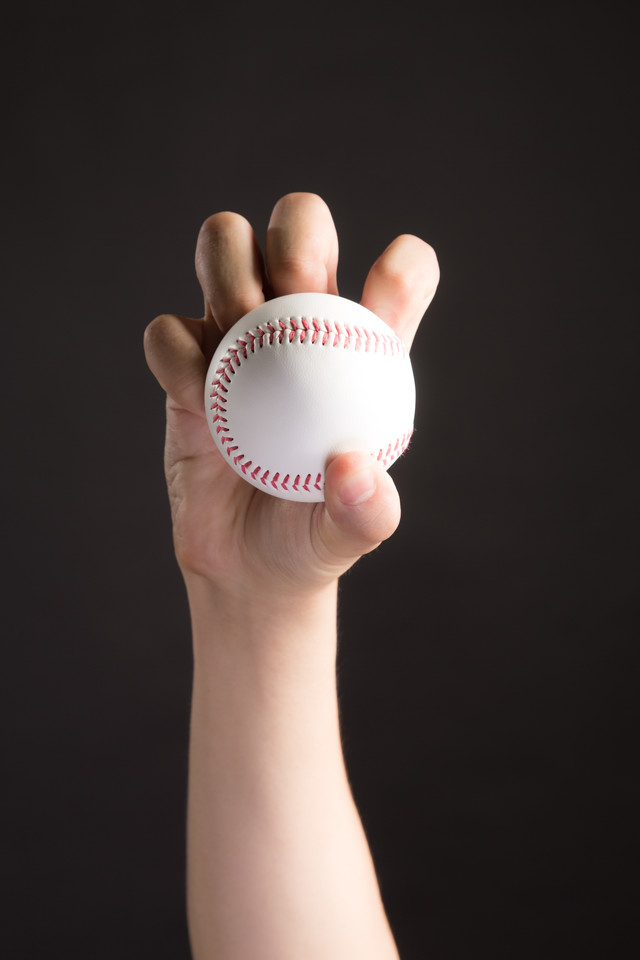 ナックル(変化球)を握る投手の写真