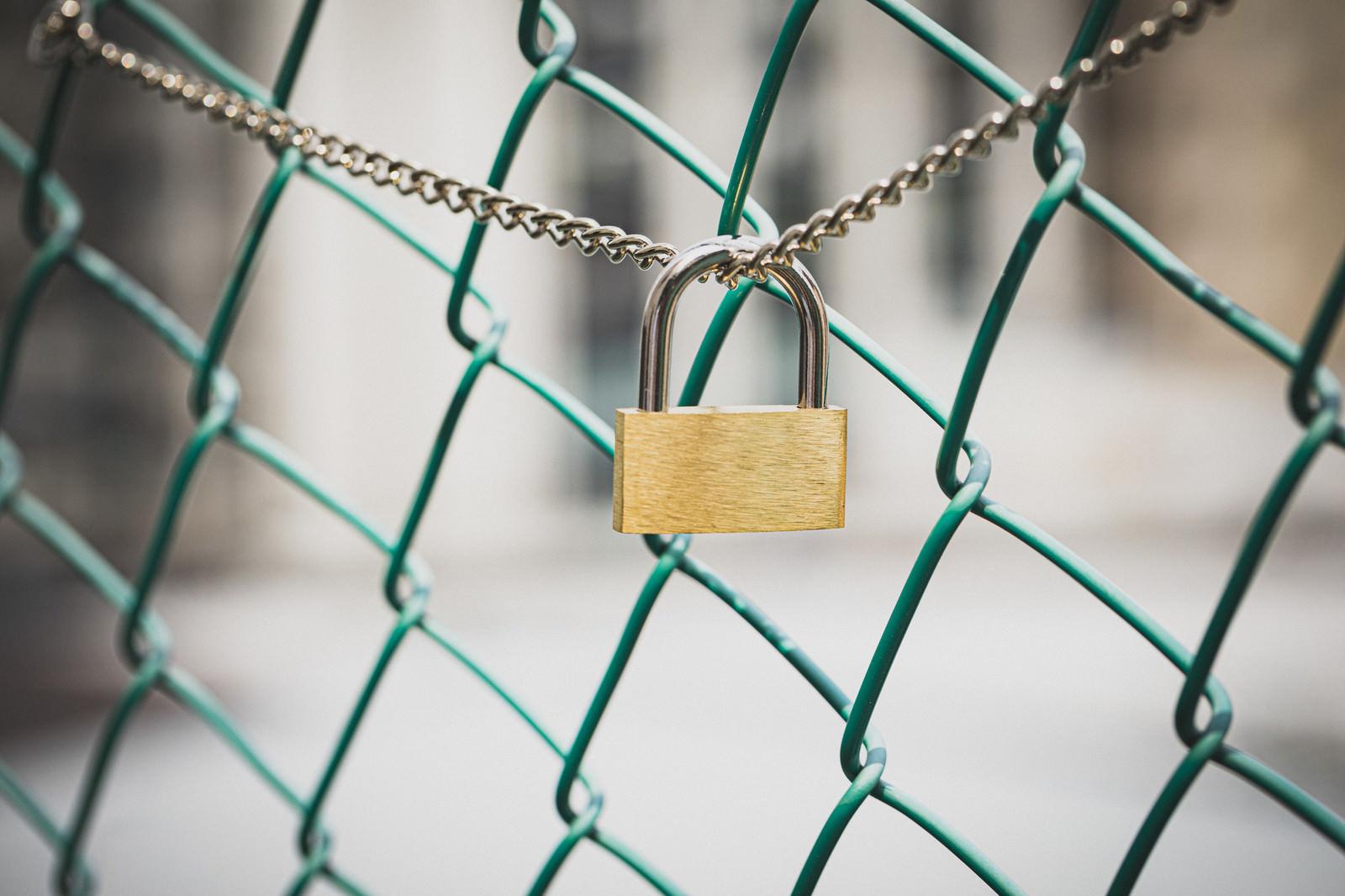 「南京錠とフェンス」の写真