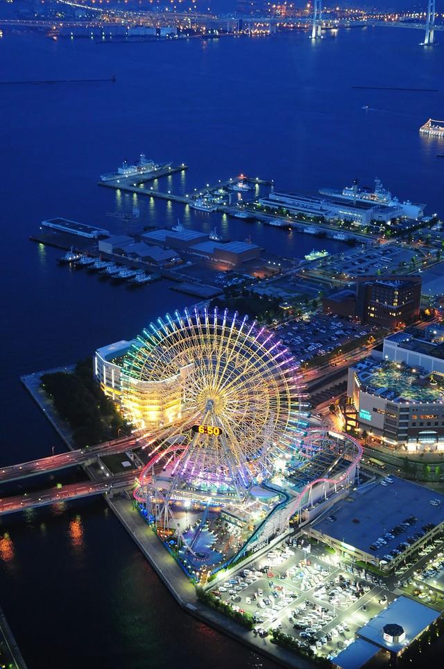 ランドマークタワーから横浜コスモワールドとベイブリッジの写真