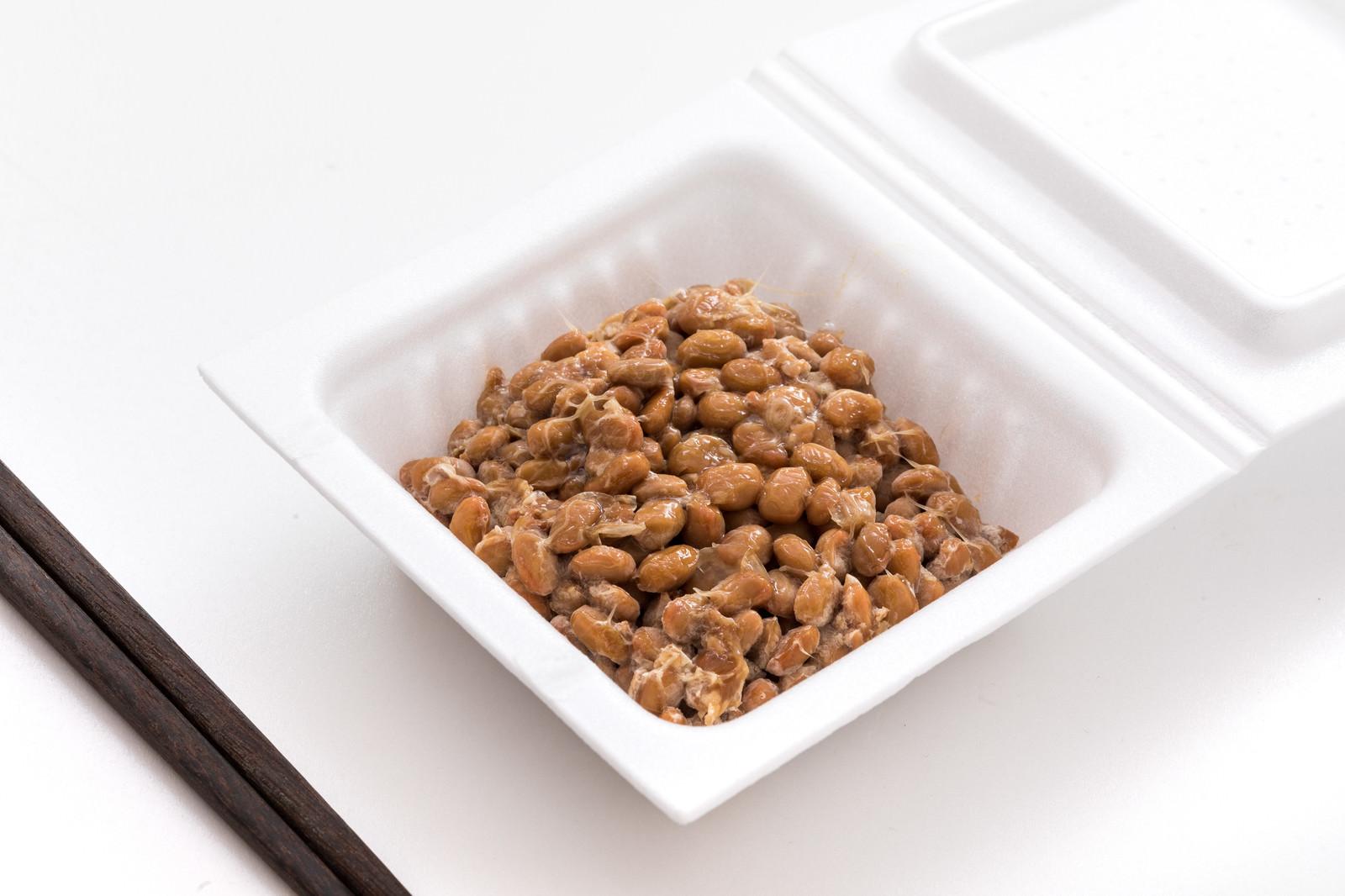 「パックに入った納豆を食べるよ」の写真