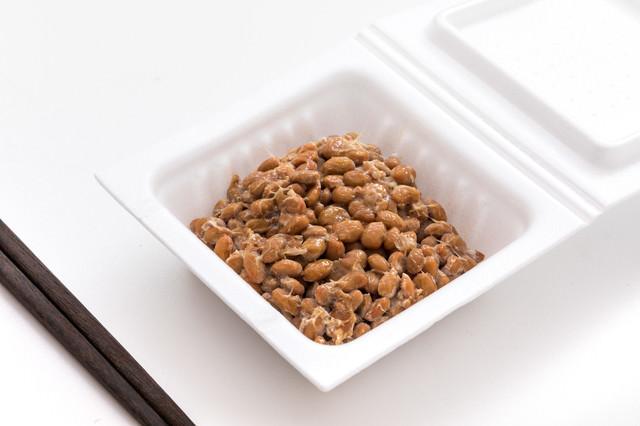 パックに入った納豆を食べるよの写真