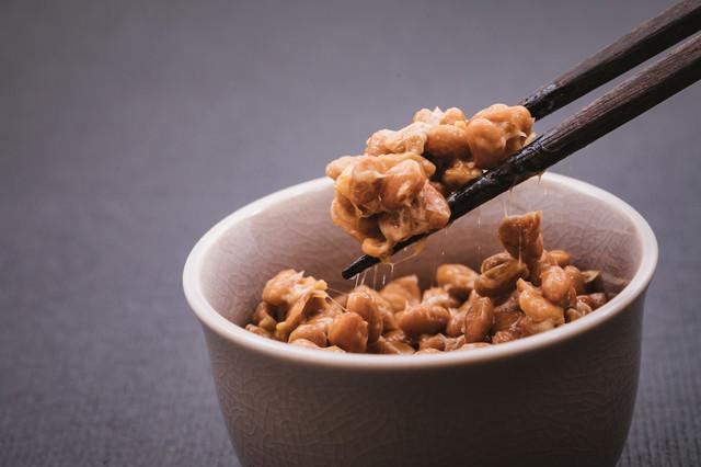 納豆をつかむ箸の写真