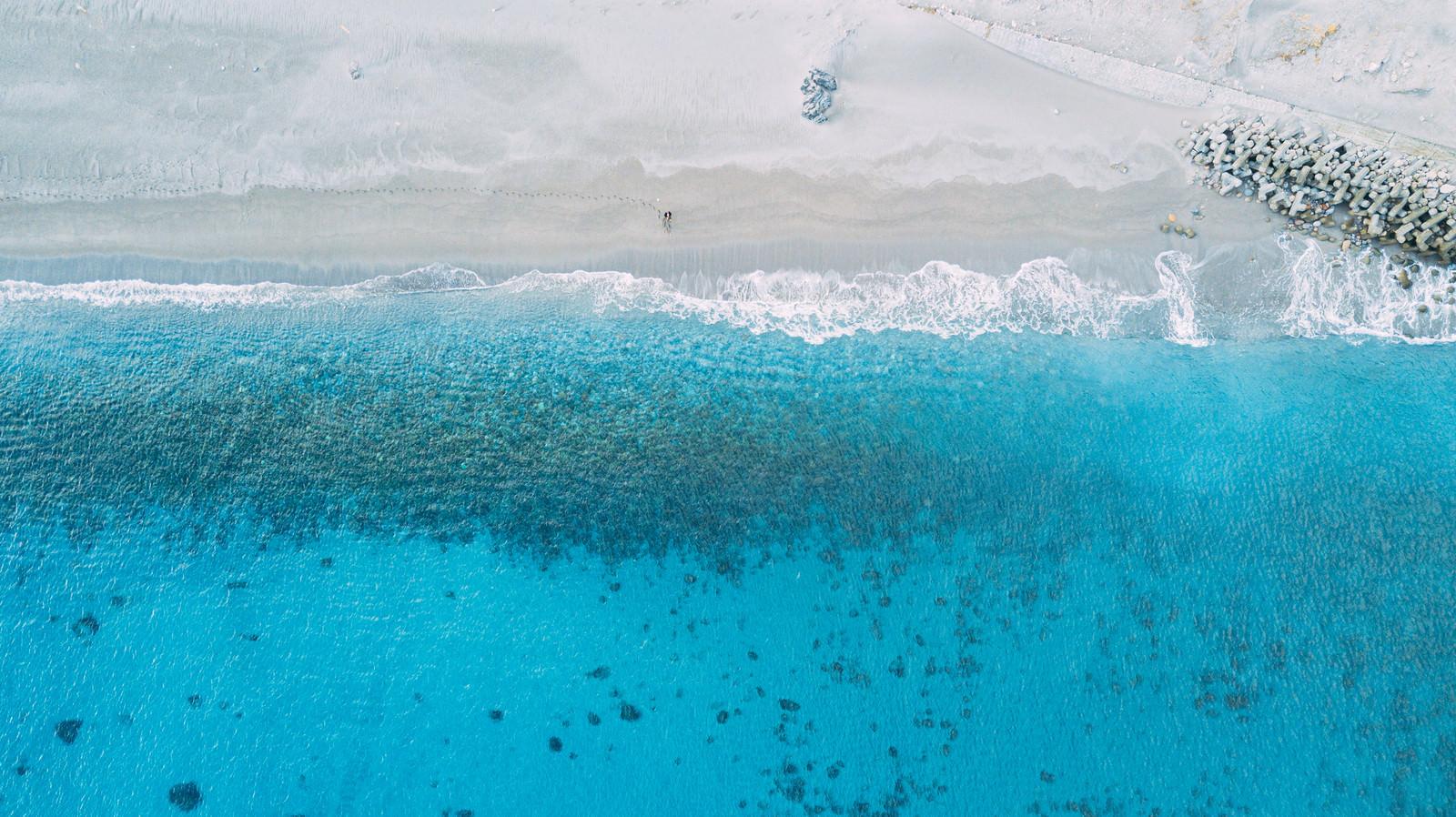 砂浜の足跡と美しい神津島の海(多幸湾)のフリー素材