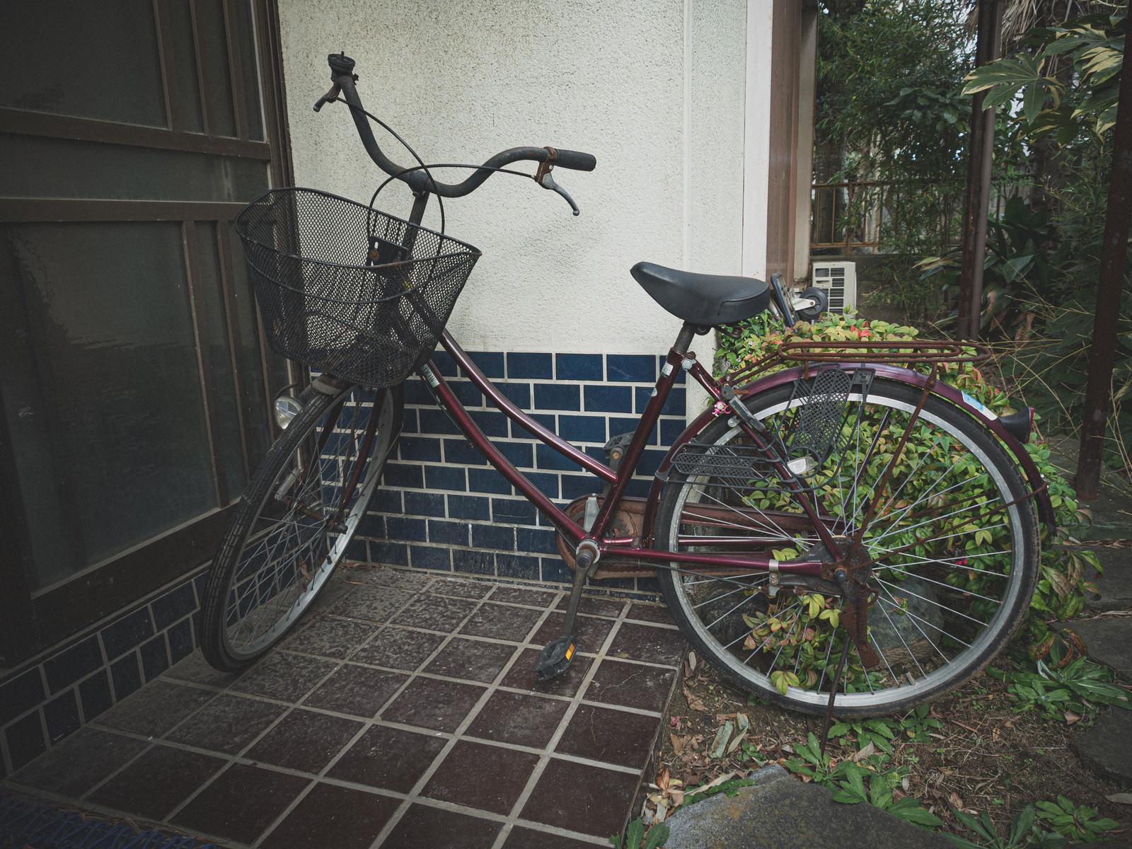 「空き家の使われなくなった自転車」の写真