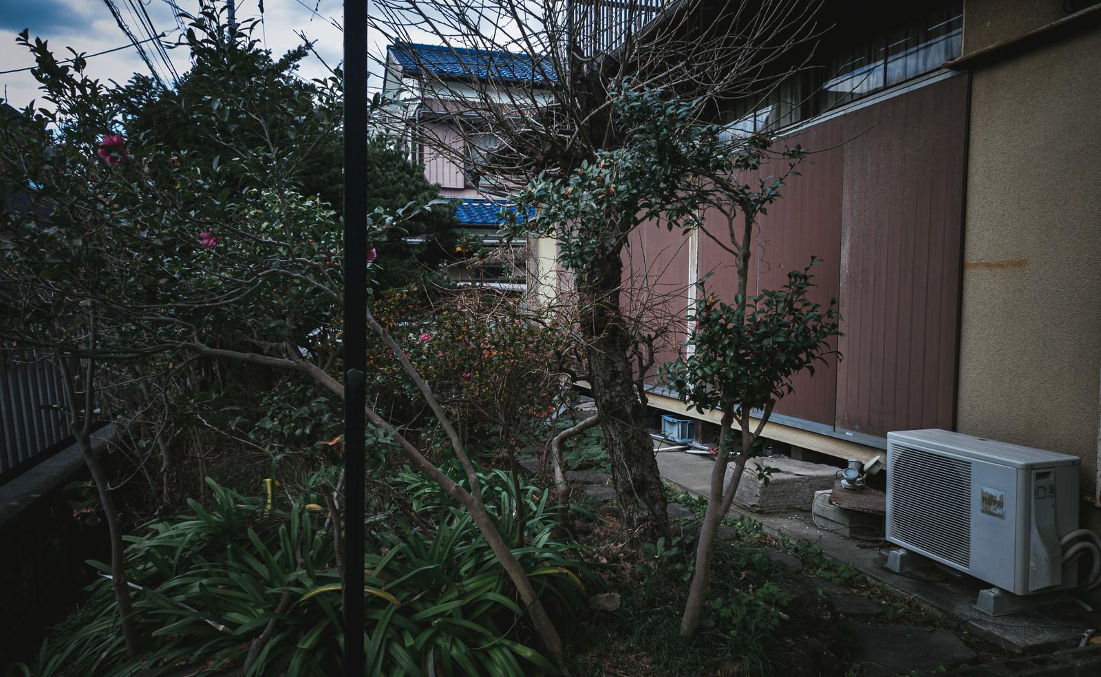 「雨戸が閉まった空き家の様子」の写真