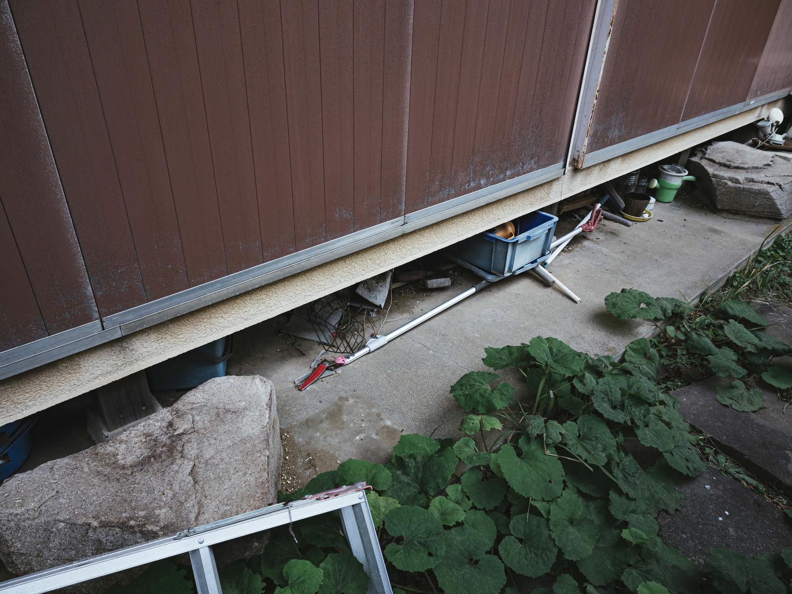 「雨戸が閉まった無人の家」の写真