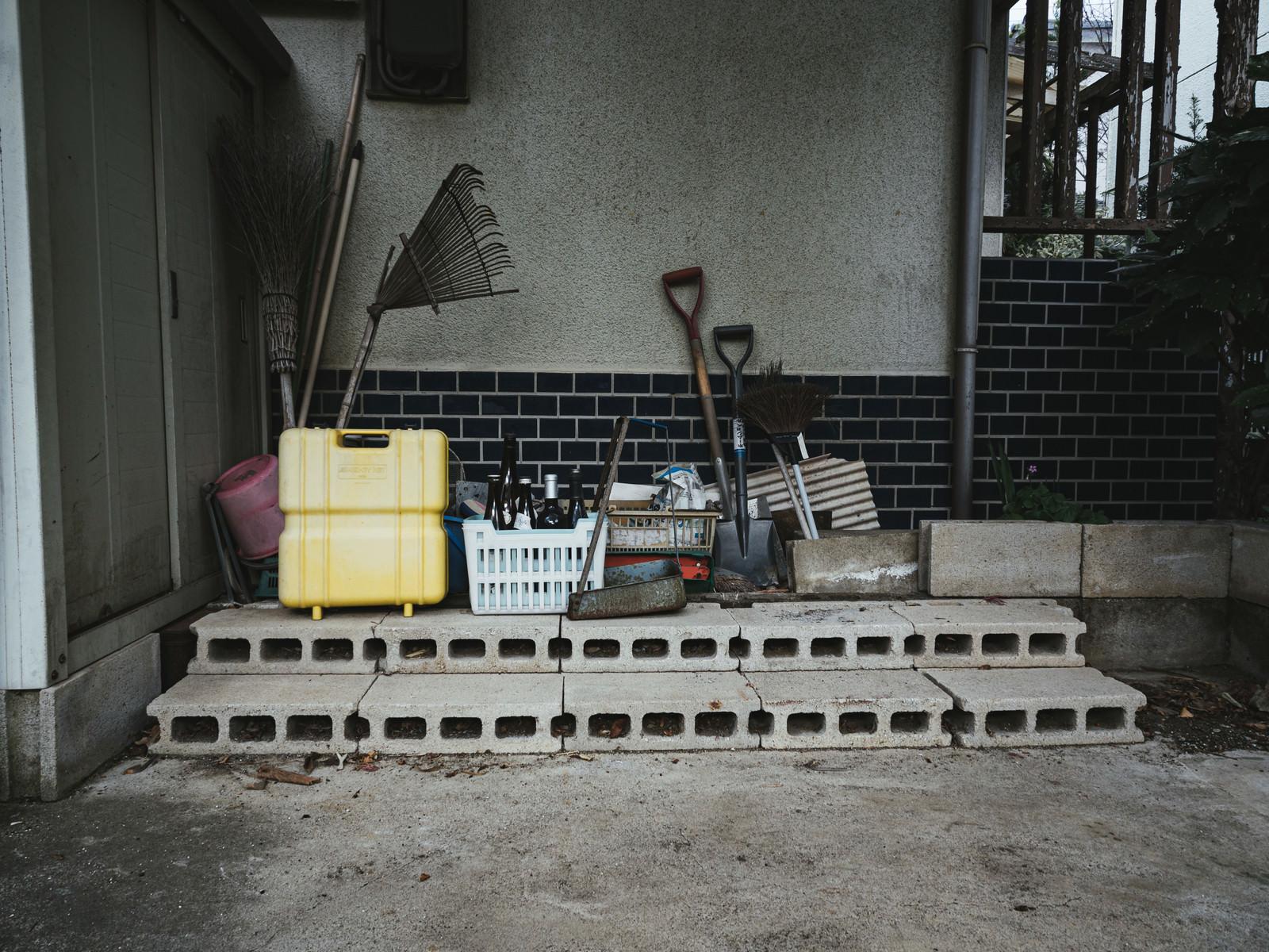 「廃屋のブロック石と倉庫」の写真