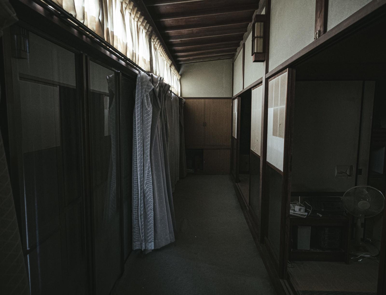「雨戸が閉まった空き家の朝」の写真
