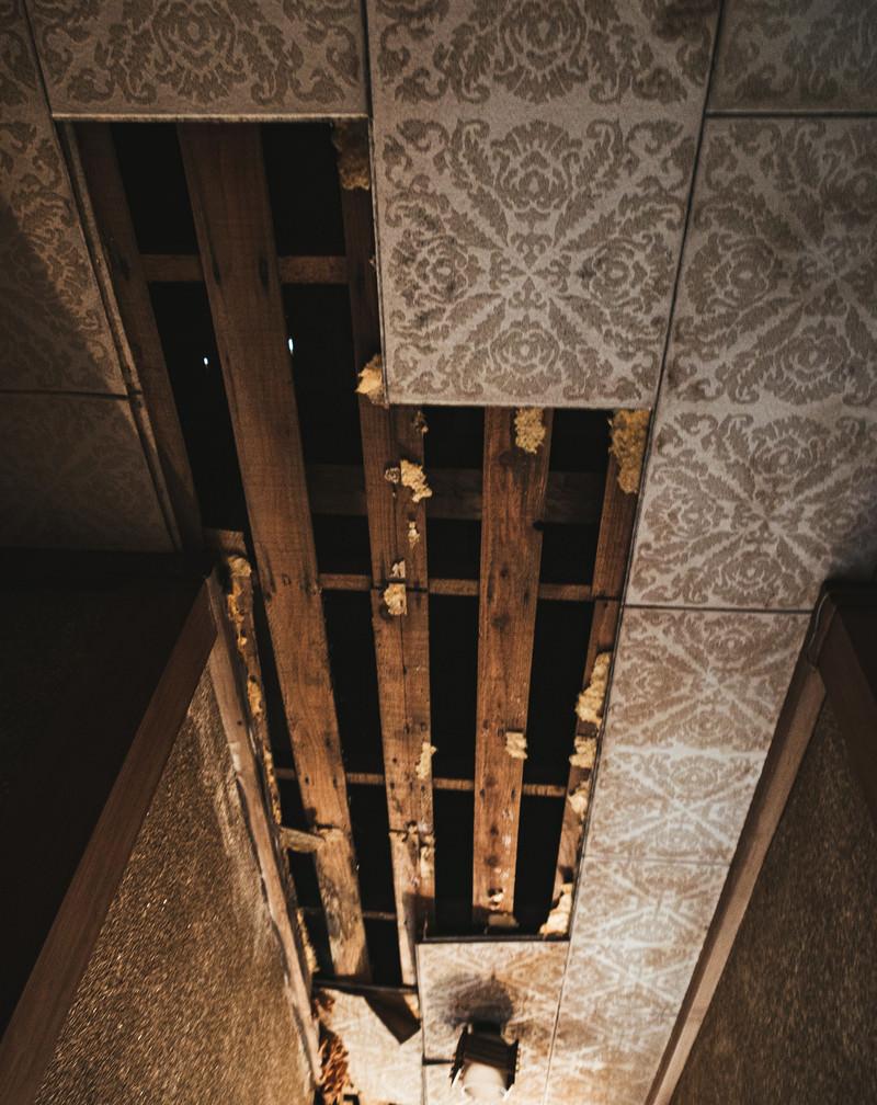 「天井が剥がれ落ちた状態」の写真