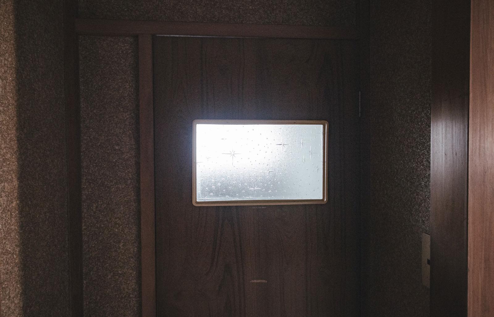「くもりガラスのお手洗いのドア」の写真