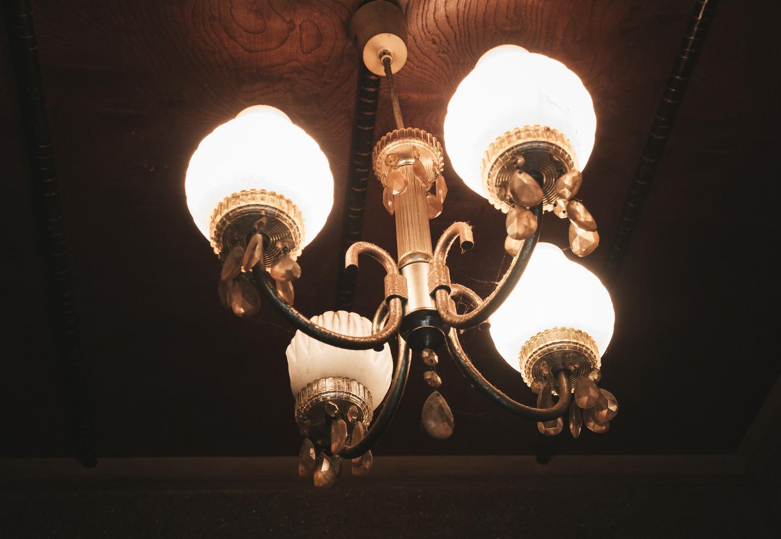 「破損したレトロなアンティーク調の照明」の写真