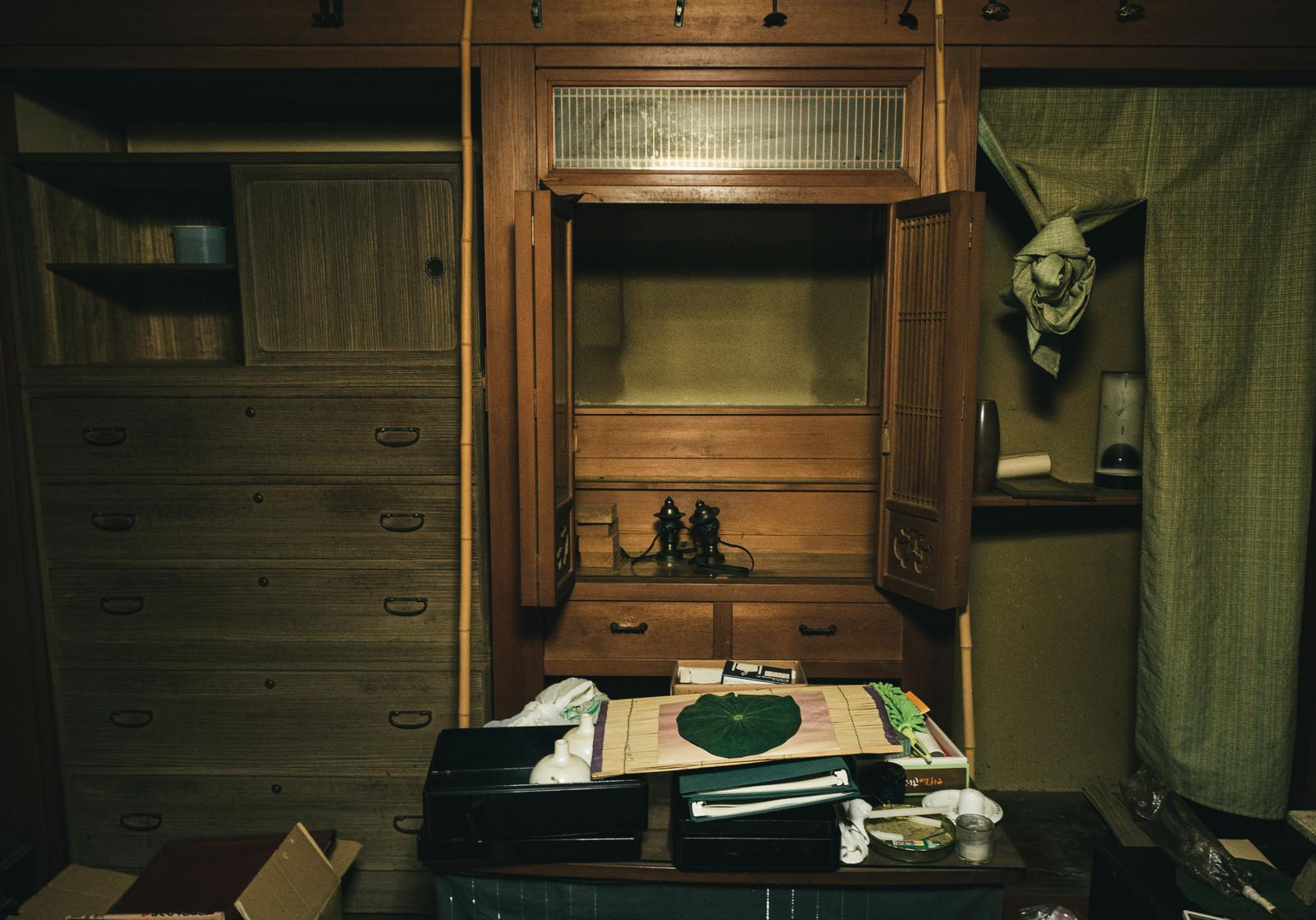 「残置物が散乱する空き家と仏壇」の写真
