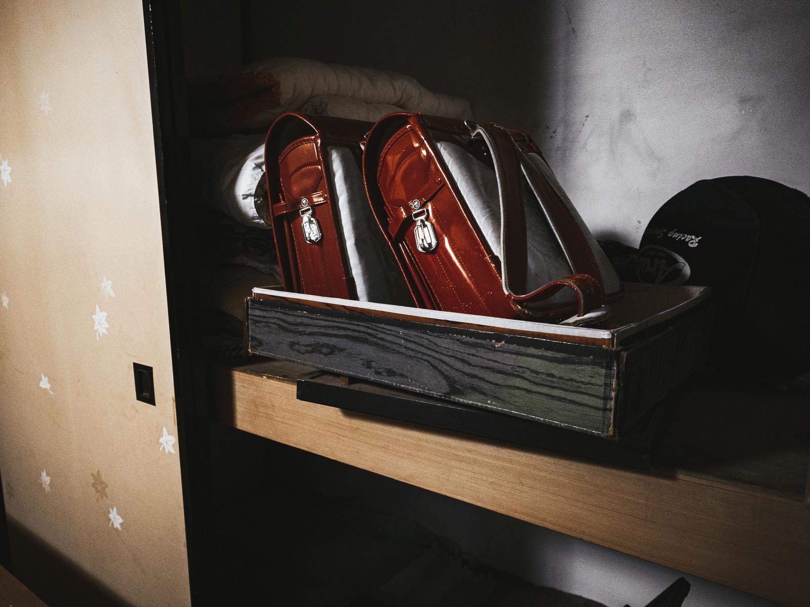「赤いランドセルの置かれた押し入れ」の写真