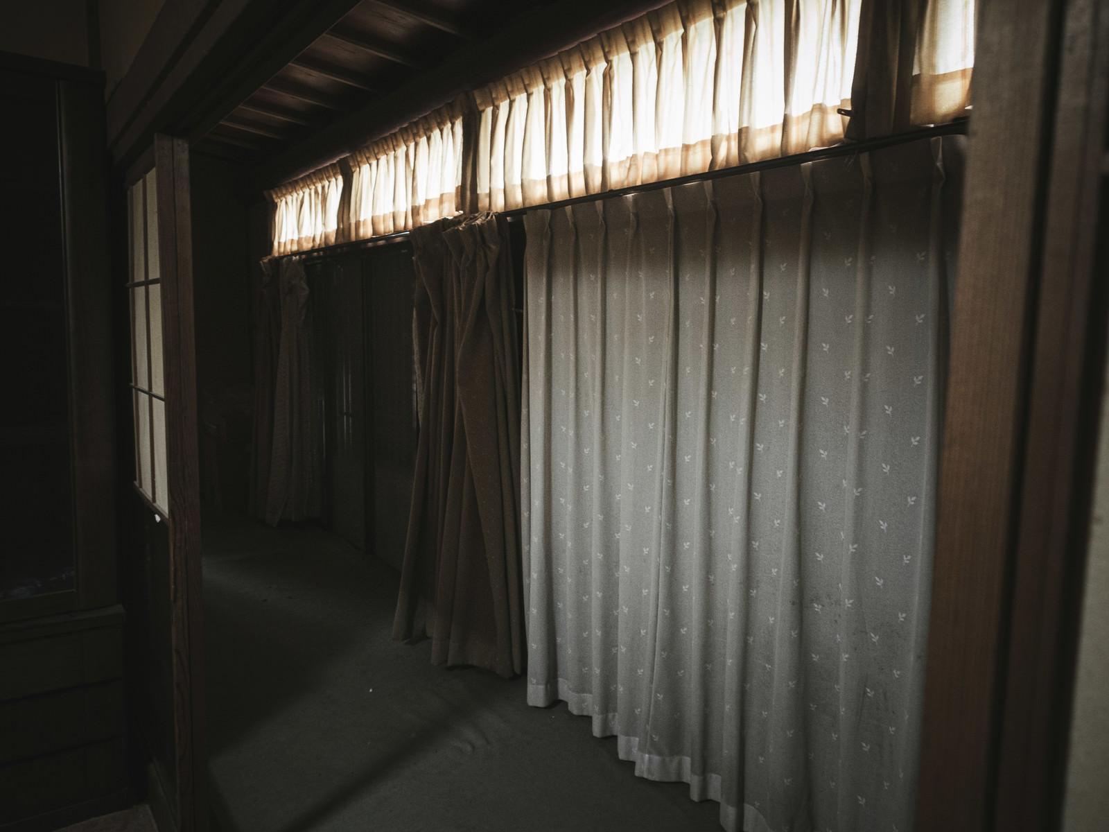 「昭和民家に色違いのカーテン」の写真