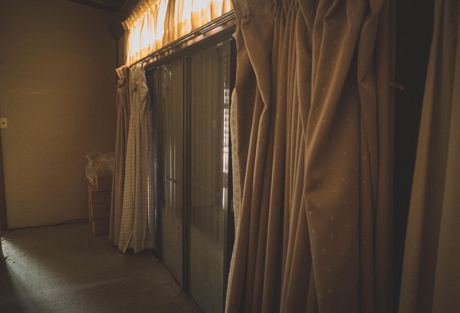 「閉め切った空き家のカーテン」の写真