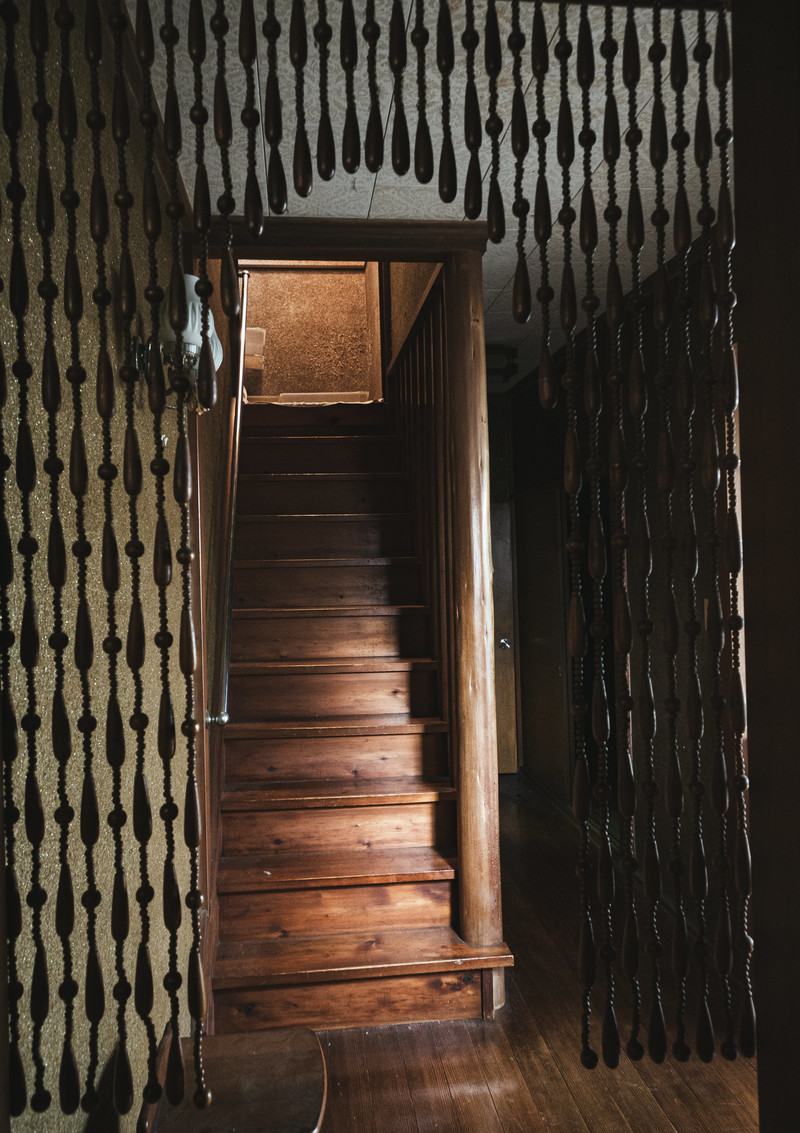 「レトロな古民家の階段」の写真