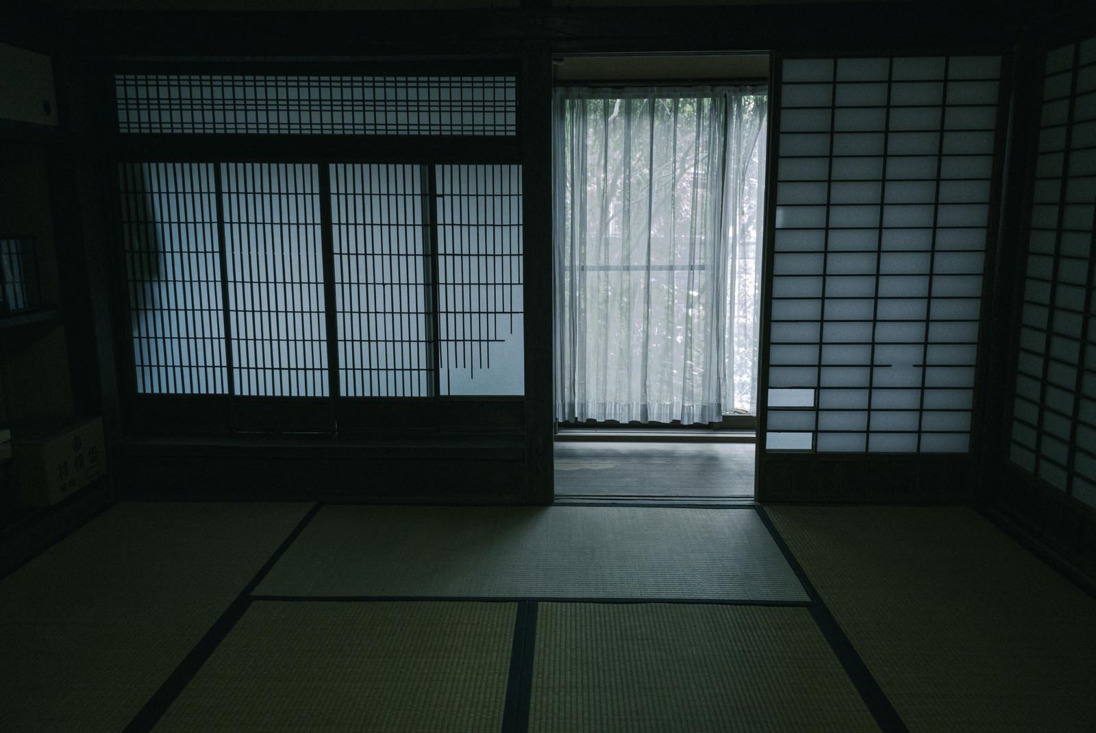 「和風な引き戸を開けた先にあるカーテン」の写真