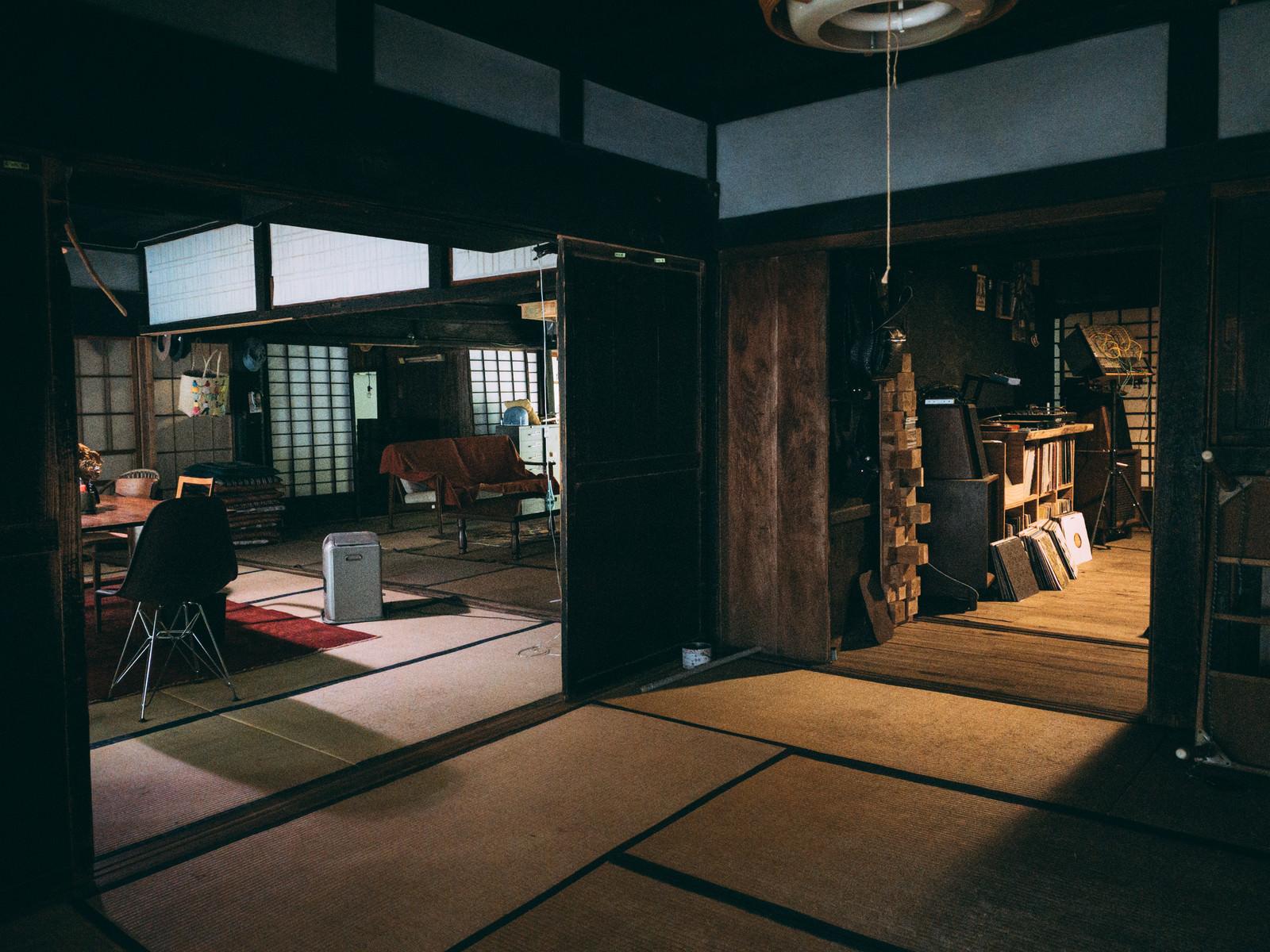 「二和室の中継地点となる畳の部屋」の写真