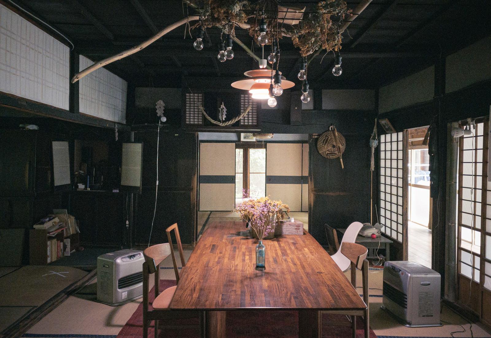 「ドライフラワーがテーブルに置かれたな和風の部屋」の写真