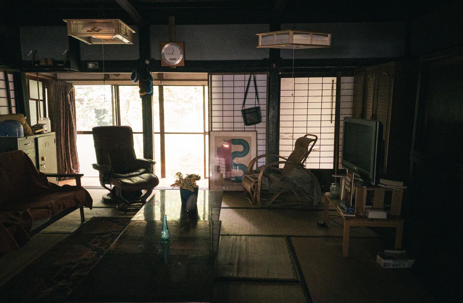 「色々な種類の椅子が目立つ和風の部屋」の写真