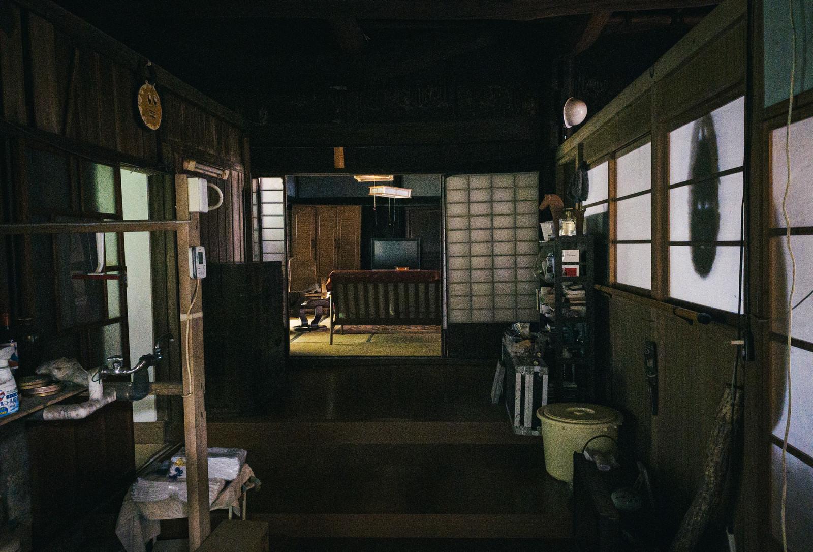 「暗くて段差注意な古民家の廊下」の写真