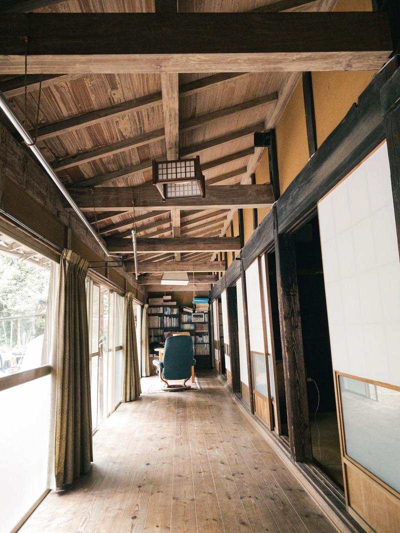 「和風な廊下の先にあるこじんまりとした書斎」の写真
