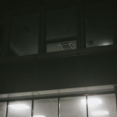 「薄暗いオフィス」の写真素材