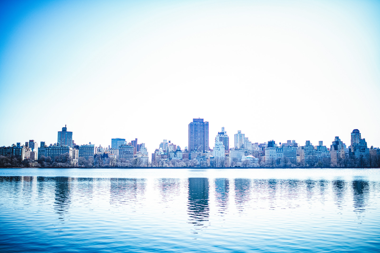 「川に映るニューヨークの街並み」の写真