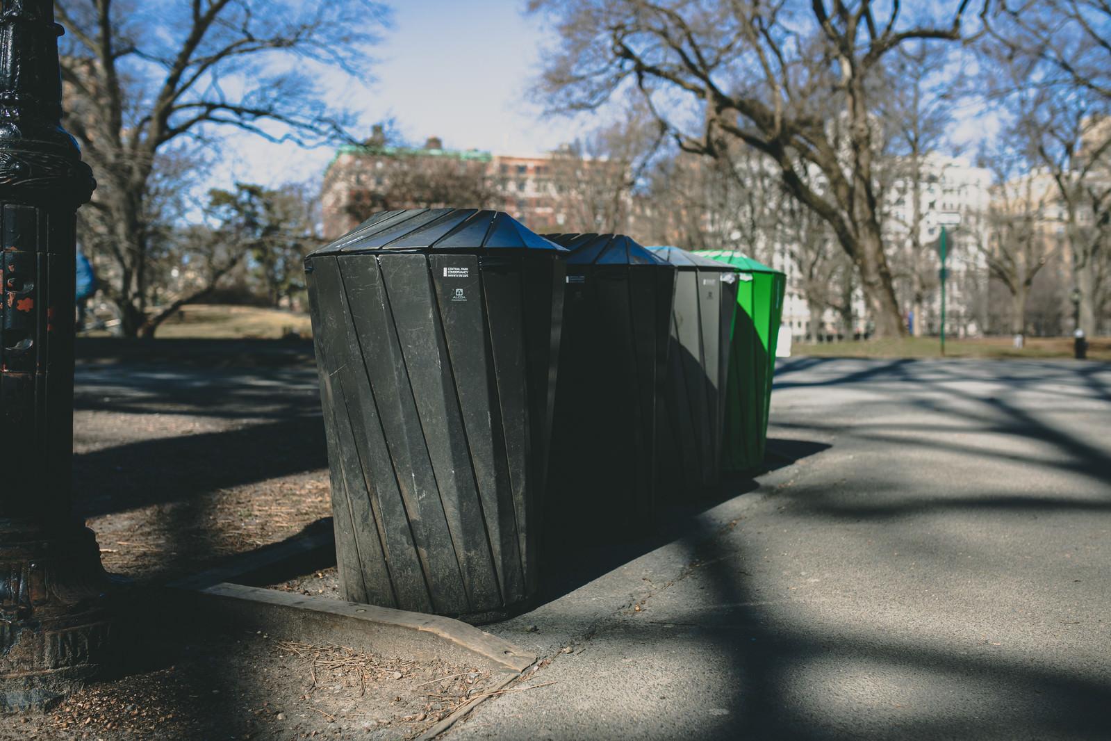 「公園に置かれたゴミ箱」の写真
