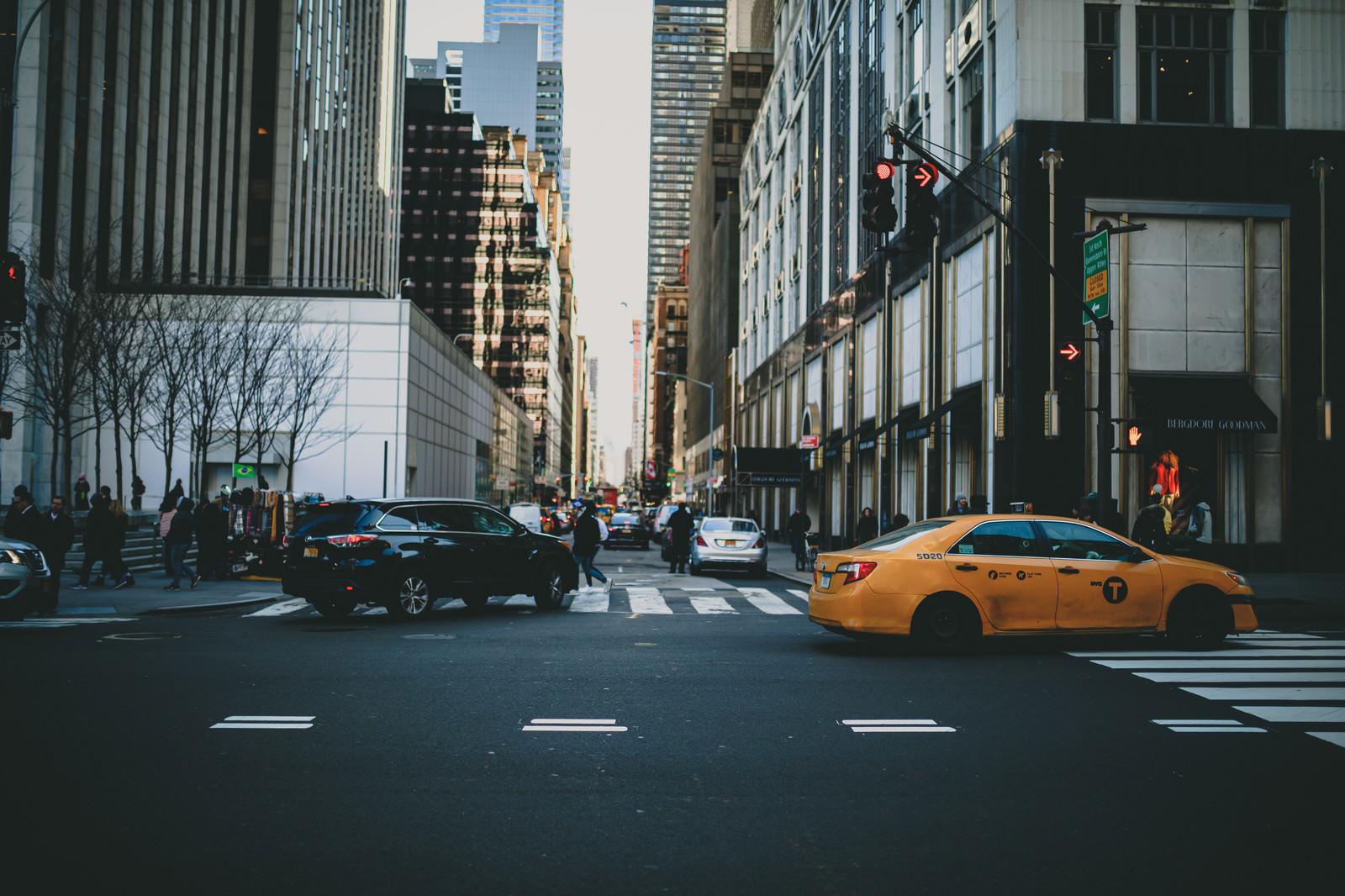 「ニューヨーク市街を走る車と街並み」の写真