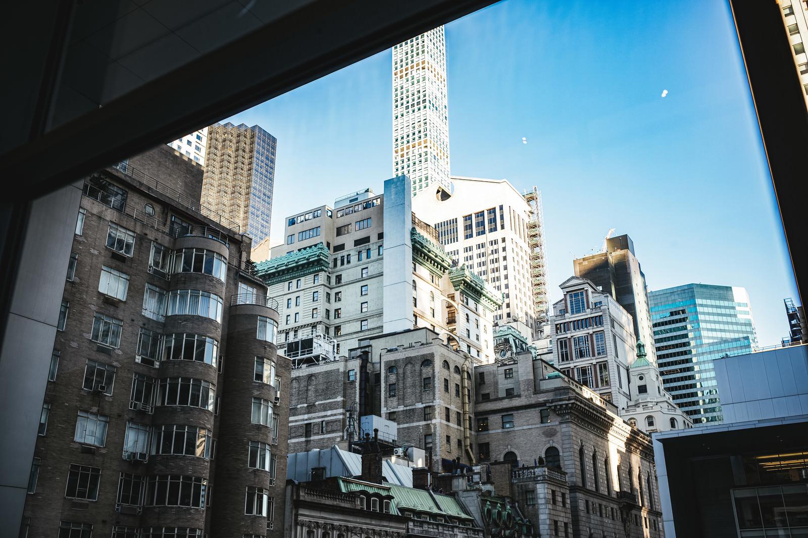 「窓越しに見るニューヨークの建物」の写真