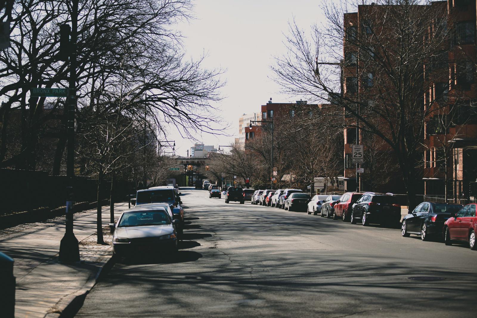 「路上駐車されたニューヨークの車の列」の写真