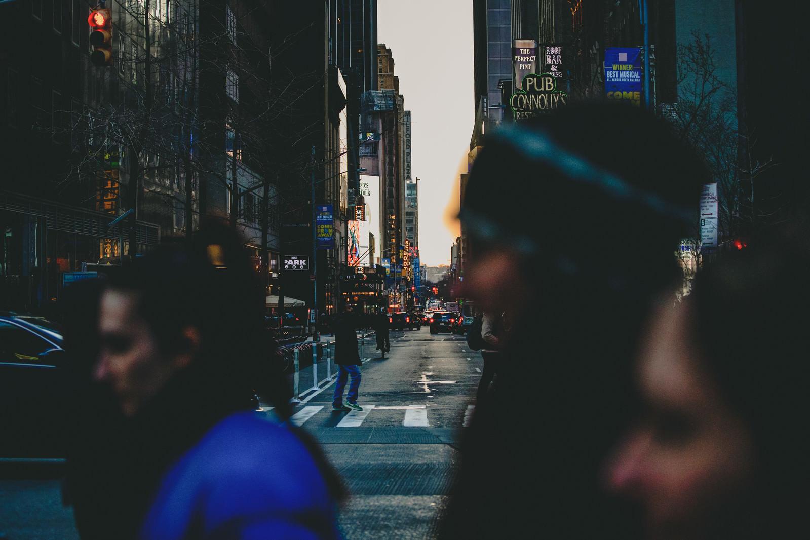 「人混み越しに見るニューヨークの街並み」の写真