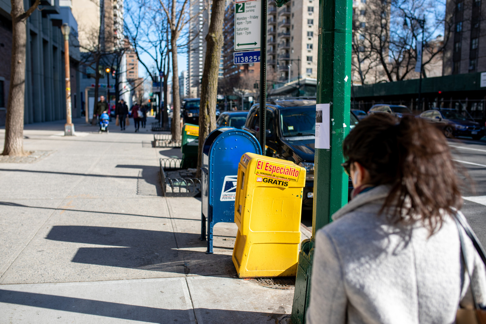 「ニューヨークの歩道に伸びる影」の写真